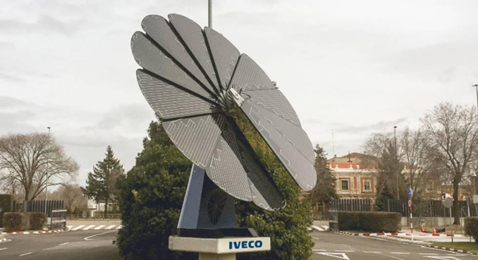 El girasol solar Smartflower instalado en la planta de Iveco, en Valladolid.