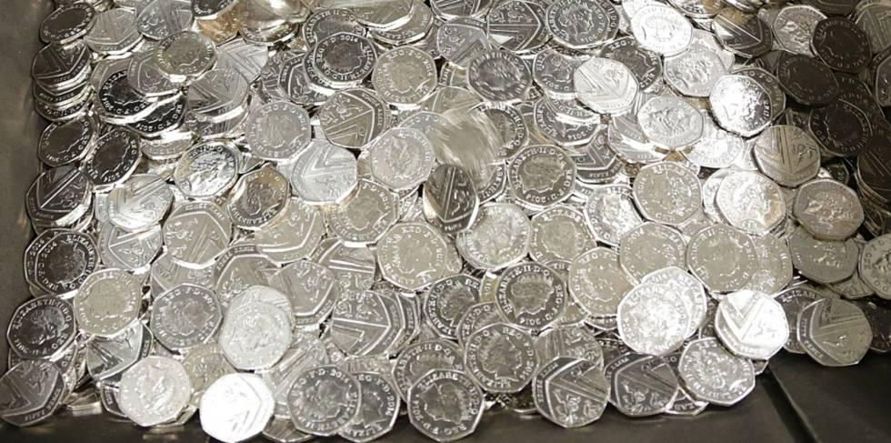 Monedas británicas de 50 peniques.