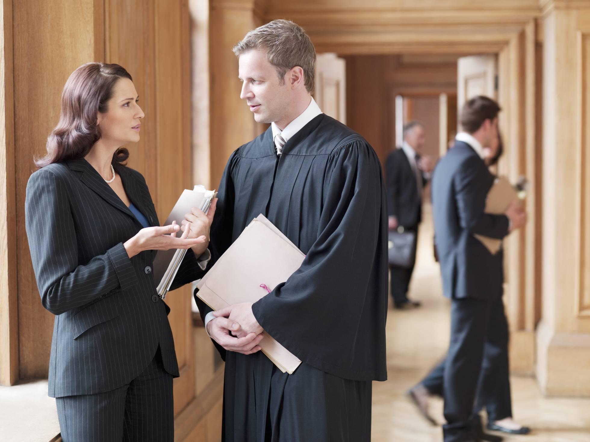 La abogacía exige que la ley garantice el aplazamiento del juicio por maternidad