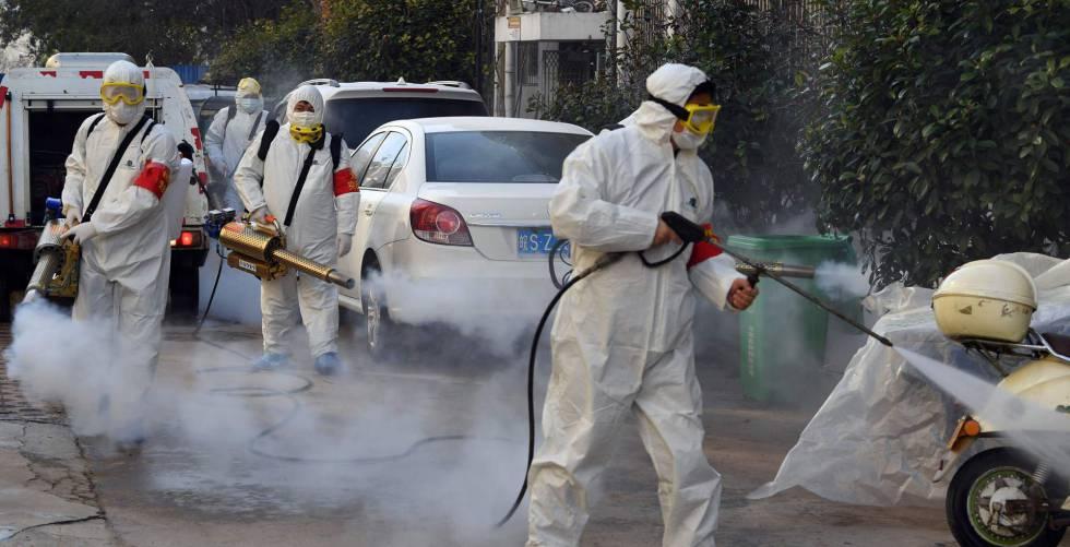 Trabajadores desinfectan las calles en Bozhou, provincia de Anhui.