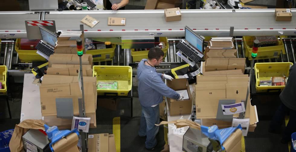 Trabajadores de Amazon en uno de sus centros logísticos.