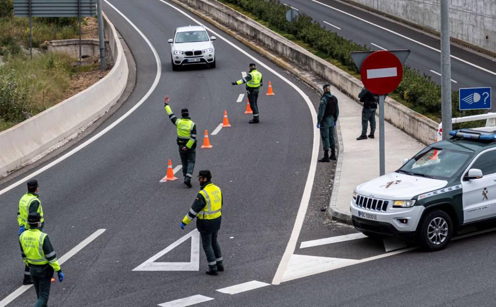 La Guardia Civil corta la autopista Palma Andratx para realizar un control