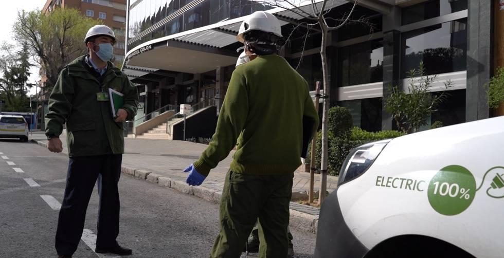 Operarios en un hotel medicalizado al que Iberdrola ha dado la infraestructura energética.
