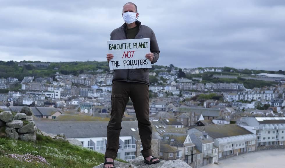 Un activista contra el cambio climático, durante una protesta, el pasado 4 de mayo, en la isla de St. Ives (Cornualles, Reino Unido).