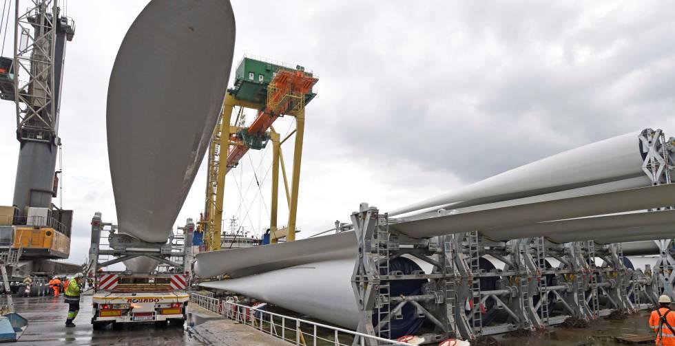 Llegada de palas de aerogeneradores al puerto de Bilbao.