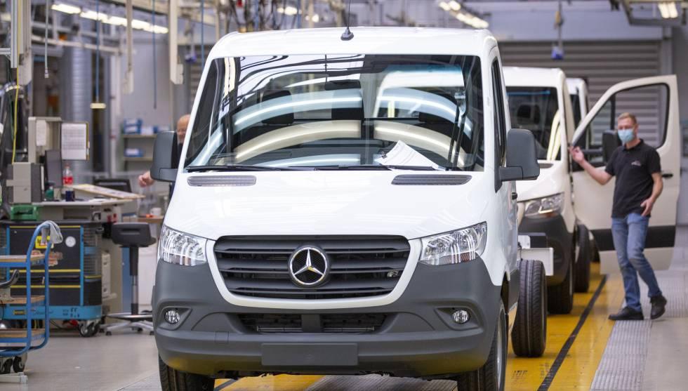Trabajadores de Mercedes-Benz en la fábrica de la ciudad alemana de Ludwigsfelde.
