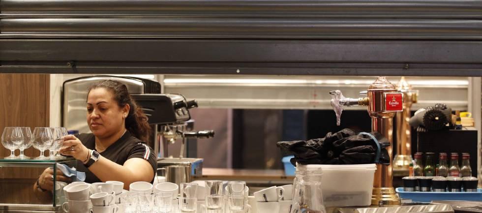 Una camarera prepara el servicio en uno de los bares del Mercado de la Boquería de Barcelona.