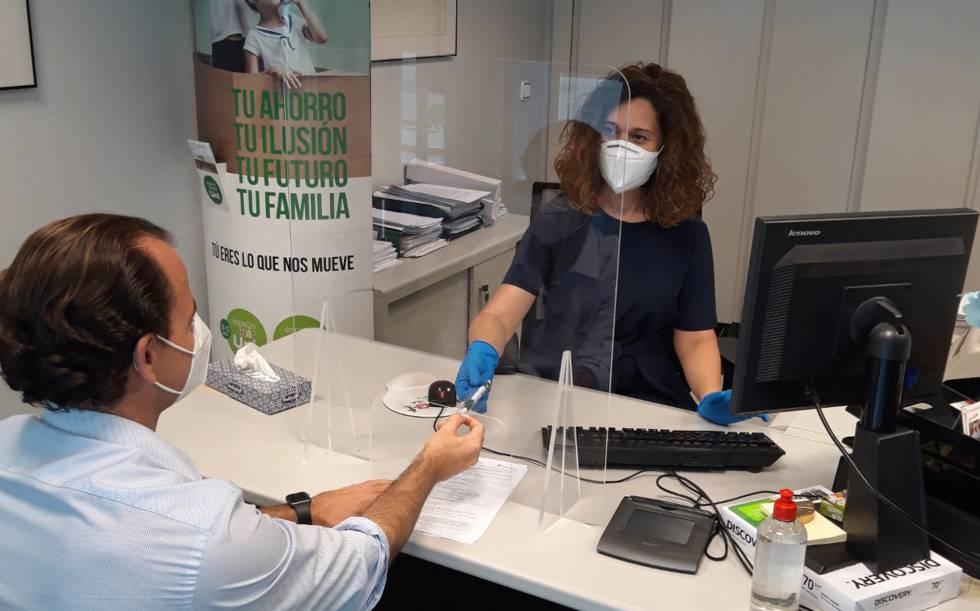 Imagen de archivo de la atención a clientes en una oficina de Unicaja Banco.rn rn