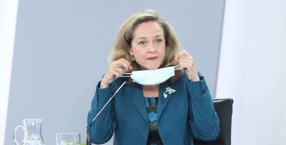 La vicepresidenta de Asuntos Económicos y Transformación Digital, Nadia Calviño; se quita la mascarilla antes de comparecer en rueda de prensa posterior al consejo de ministros celebrado en Moncloa.