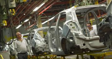 Dos operarios en la fábrica de General Motors España en Figueruelas (Zaragoza).