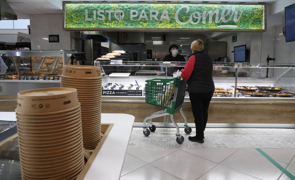 Sección listo para comer de la tienda de Mercadona en la calle Pintor Juan Gris, 1, en Madrid. En primer plano, los envases de cartón de las ensaladas.