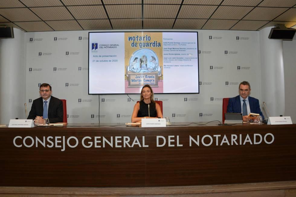 De izquierda a derecha, José Ángel Martínez Sanchiz, presidente del Notariado; Sofía Puente, directora general de Seguridad Jurídica y Fe Pública y Javier Ronda, coautor del libro.