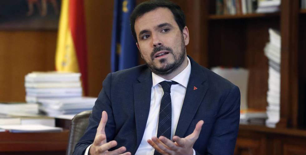 Alberto Garzón pone fin a los 902: la atención al cliente para servicios básicos será gratis