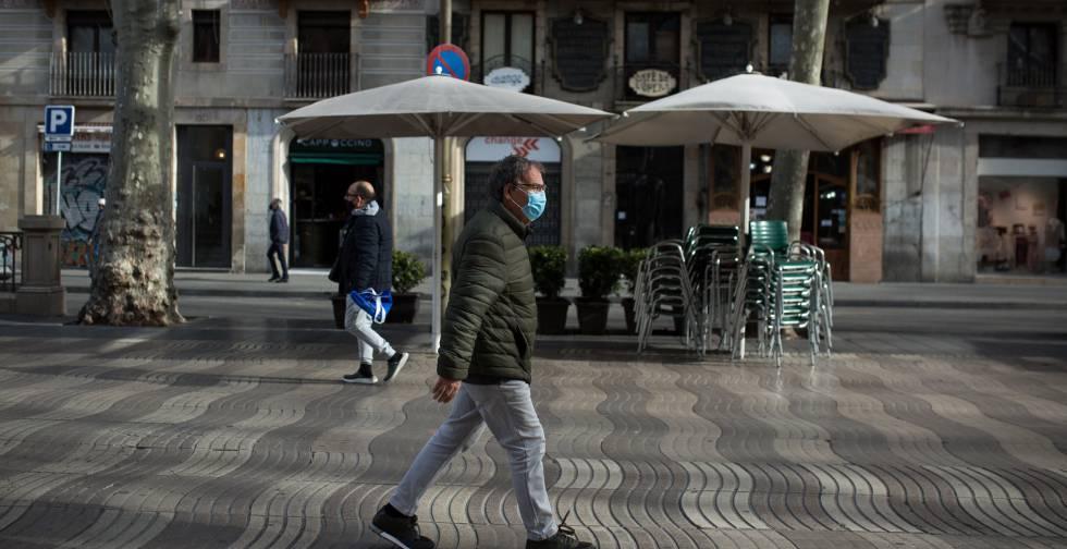 En la imagen, varias personas protegidas con mascarillas para evitar el contagio de la covid-19 (coronavirus) caminan por la Rambla (Barcelona).