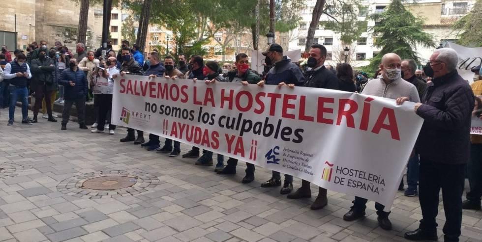 Hosteleros de Toledo y Albacete pidiendo ayudas directas por el cierre de sus negocios.