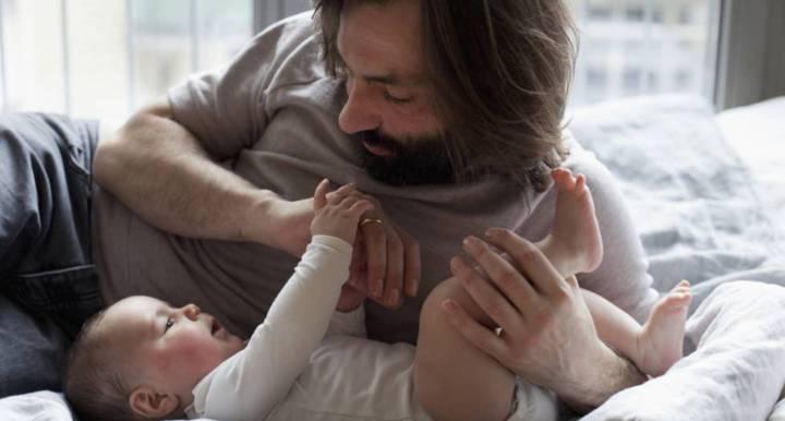 El Supremo avala suprimir días de paternidad por convenio al ampliarse el permiso.