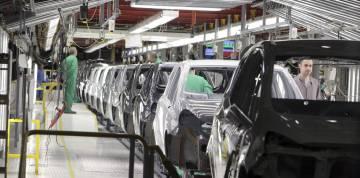 Una vista de la cadena de montaje de la factoría que General Motors España tiene en la localidad zaragozana de Figueruelas.