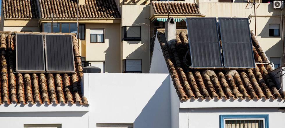 Edificios con placas fotovoltaicas.