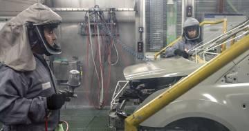 Dos trabajadores de la planta de pintura de Ford en Almussafes (Valencia).