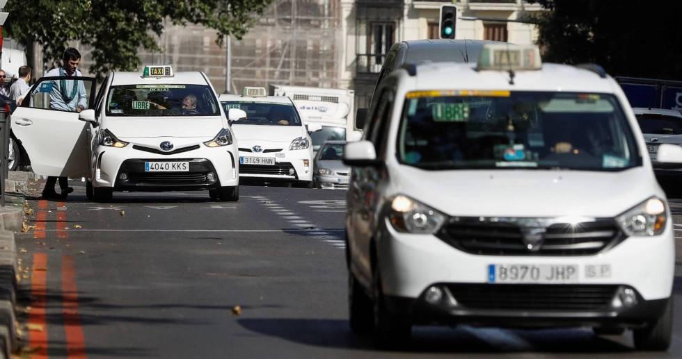Varios taxis en Madrid.