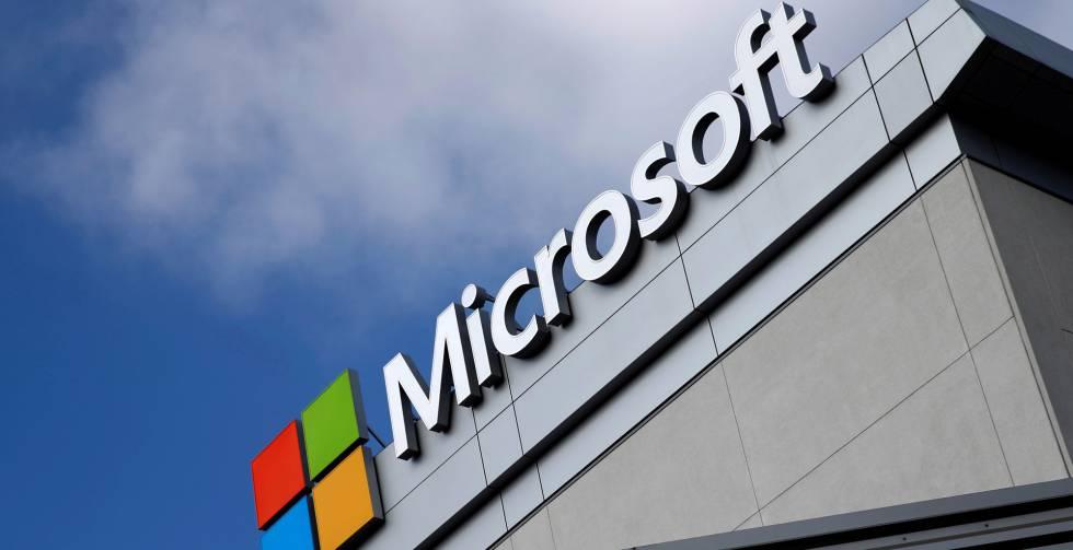 Logo de Microsoft en un edificio en Los Ángeles, California.