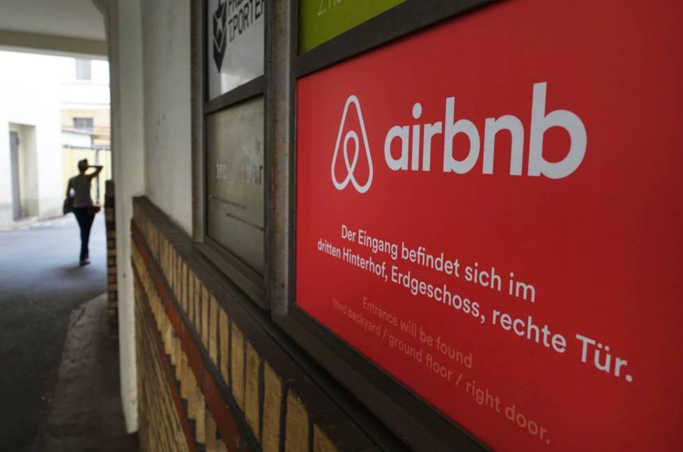 Cartel de la plataforma de alquiler de pisos privados Airbnb. Jens Kalaene