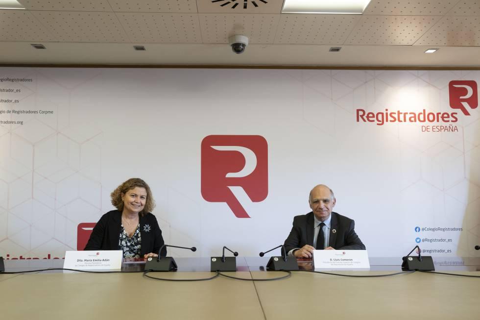 La decana del Colegio de Registradores, María Emilia Adán, y el presidente del Consejo Superior de Colegios de Arquitectos de España (CSCAE), Lluís Comerón.